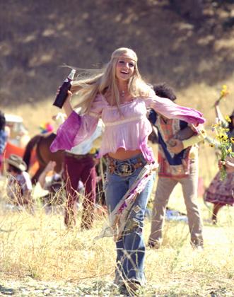 Кто сказал, что хиппи далеки от гламура? Немного розового, немного фиолетового, яркий макияж и голливудская улыбка — чем не глэм-хип?